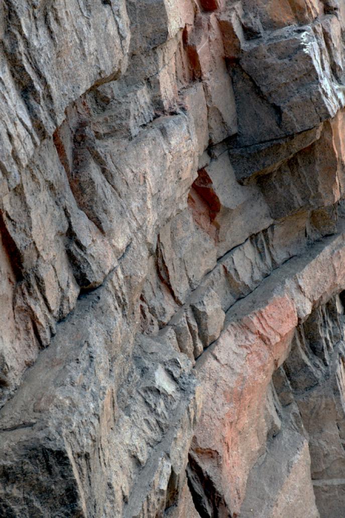 Kunstmatige rotspartij met reliëf